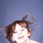 Kinderfoto der anderen Art: natürlich in Bewegung. Kinderfotos Fotograf Peter Roskothen