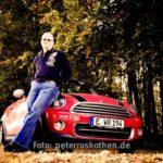Portrait Mann mit Auto