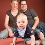 Familienfotos Kind mit stolzen Eltern - Peter Roskothen Fotograf Duisburg
