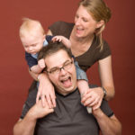Familienfotos - Hier zieht jemand an den Haaren von Papi