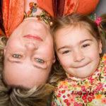 Kopf an Kopf Mutter und Tochter Familienfotos