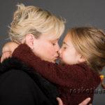 mutter tochter kuss - Familienfotos