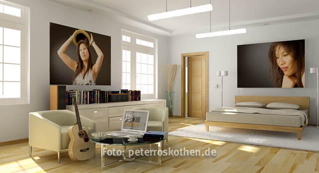 Portrait Frau im Zimmer, Poster, Beispiel wie man Fotos als Poster in der Wohnung nutzen kann, Fotograf Peter Roskothen